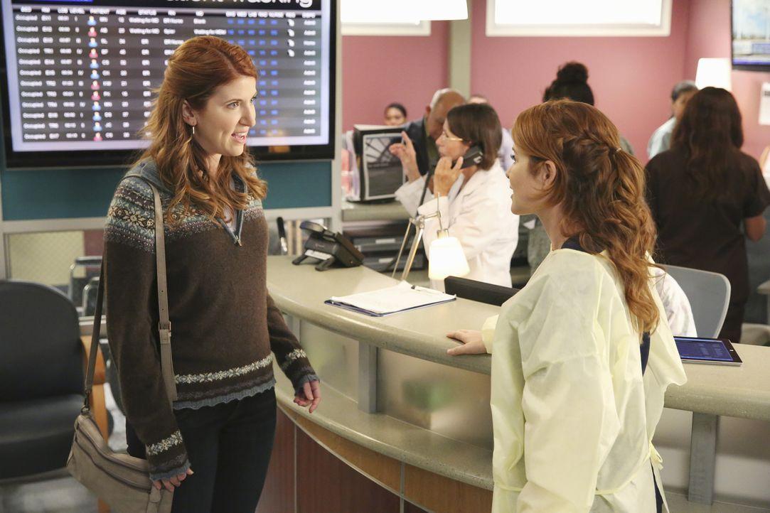 Versucht, die aufgebrachte Frau (Jessica Gardner, l.) zu beruhigen: April (Sarah Drew, r.) ... - Bildquelle: ABC Studios