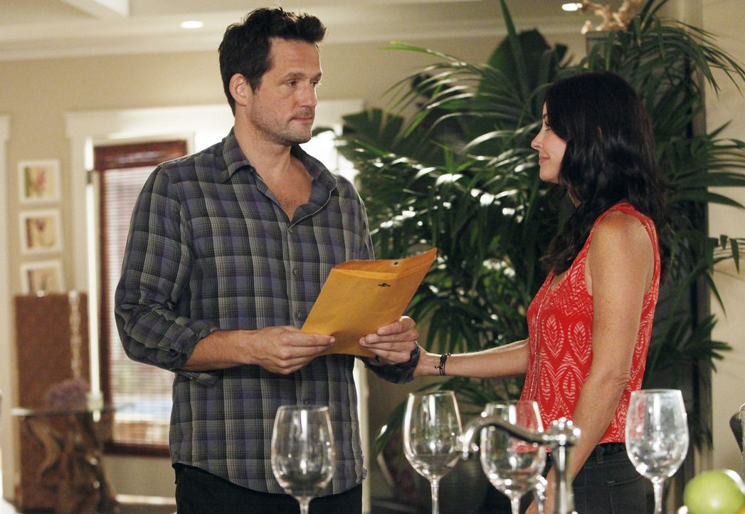 Grayson (Josh Hopkins, l.) erfährt, dass er Vater ist und weiß nicht so recht, wie er mit der Situation umgehen soll. Jules (Courteney Cox, r.) no... - Bildquelle: 2011 American Broadcasting Companies, Inc. All rights reserved.