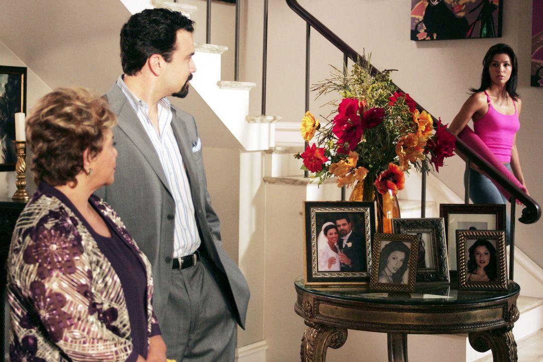 Zu Gabrielle (Eva Longoria, r.) Entsetzen erscheint Juanita (Lupe Ontiveros, l.), ihre Carlos' (Ricardo Antonio Chavira, M.) Mutter, die sich... - Bildquelle: Touchstone Television