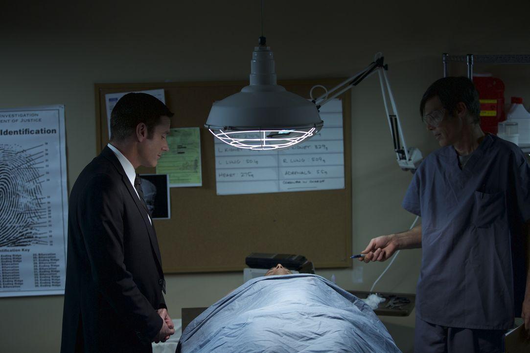 Auf der Suche nach dem Mörder: Lieutenant Joe Kenda (l., Carl Marino) begutachtet gemeinsam mit einem Forensiker eine Leiche. - Bildquelle: Jupiter Entertainment