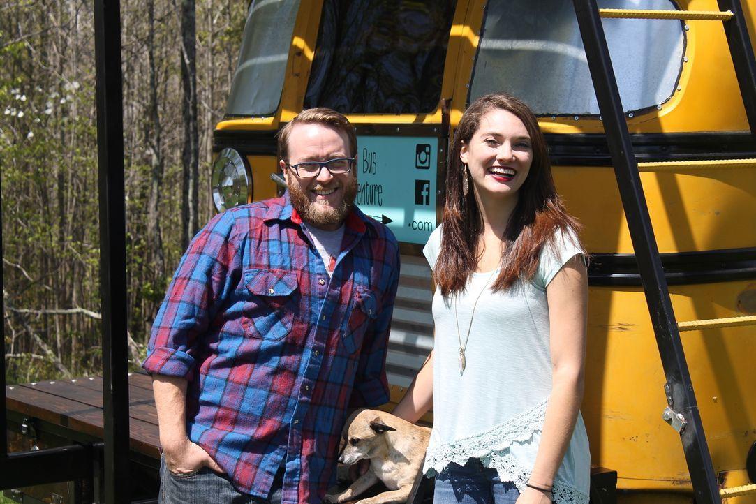 Jason (l.) und Blair (r.) wünschen sich ein Eigenheim und entschließen sich dazu, aus einem alten Schulbus ihr kleines Haus zu bauen ... - Bildquelle: 2017, HGTV/Scripps Networks, LLC. All Rights Reserved.