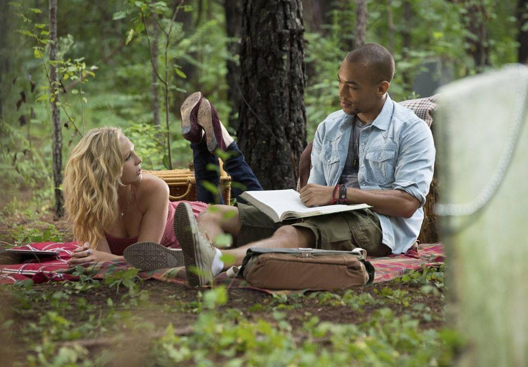 Caroline (Candice Accola, l.) hat sich mit Jesse (Kendrick Sampson, r.) zum Lernen verabredet. Zum einen, weil sie gerne Zeit mit ihm verbringt, zum... - Bildquelle: Warner Brothers