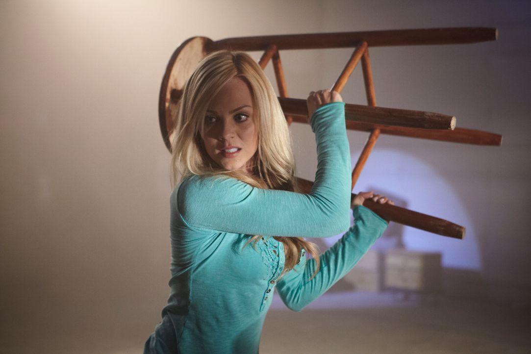 Kann Elena (Laura Vandervoort) sich gegen einen wütenden Werwolf verteidigen? - Bildquelle: 2014 She-Wolf Season 1 Productions Inc.