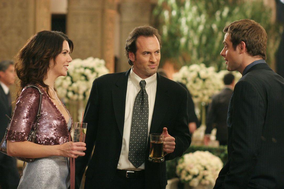 Bei der Erneuerung des Ehegelübdes von Lorelais (Lauren Graham, l.) Eltern, geraten ihr aktueller Freund Luke (Scott Patterson, M.) und ihr Ex-Mann... - Bildquelle: 2004 Warner Bros.