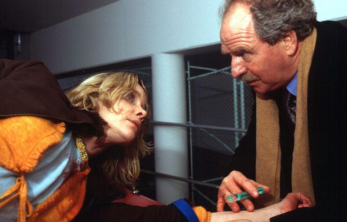 Prof. Riewa (Friedrich von Thun, r.) hat seine flüchtige Patientin Annette (Ann-Kathrin Kramer, l.) gefunden. - Bildquelle: Sat.1