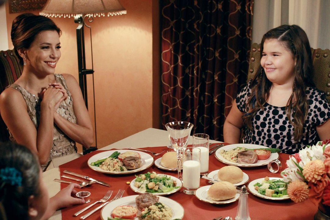 Carlos und Gabrielle (Eva Longoria, l.) wollen Nachbarn Bob und Lee in ihrem Testament als Paten für ihre beiden Töchter Juanita (Madison De La Garz... - Bildquelle: ABC Studios