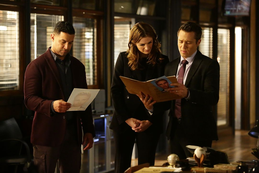 Als der Sohn eines russischen Diplomaten ermordet aufgefunden wird, ermitteln Beckett (Stana Katic, M.), Ryan (Seamus Dever, r.) und Esposito (Jon H... - Bildquelle: Nicole Wilder 2016 American Broadcasting Companies, Inc. All rights reserved.