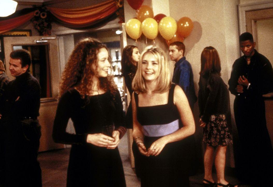 Jenny (Michelle Beaudoin, l.) ist begeistert von Sabrinas (Melissa Joan Hart, r.) Tanzpartner Chad. - Bildquelle: Paramount