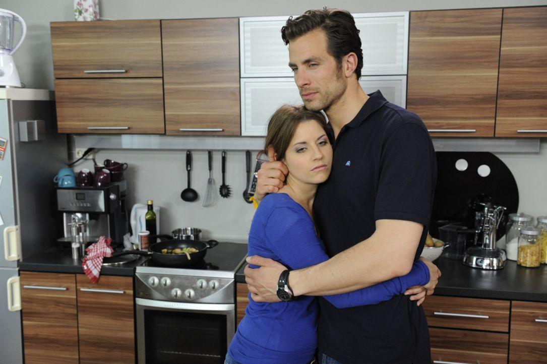 Bea (Vanessa Jung, l.) bekräftigt Michael (Andreas Jancke, r.) darin, die Scheidung hinter sich zu bringen. - Bildquelle: SAT.1