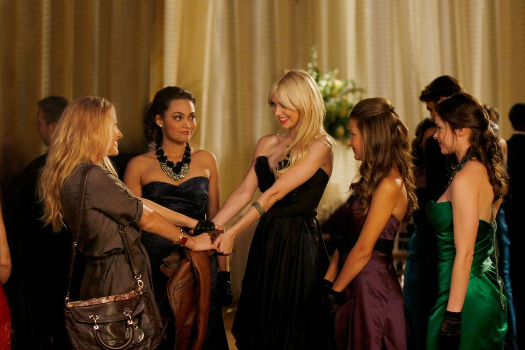 Serena (Blake Lively, l.) freut sich für ihre Stiefschwester Jenny (Taylor Momsen, M.). - Bildquelle: Warner Brothers