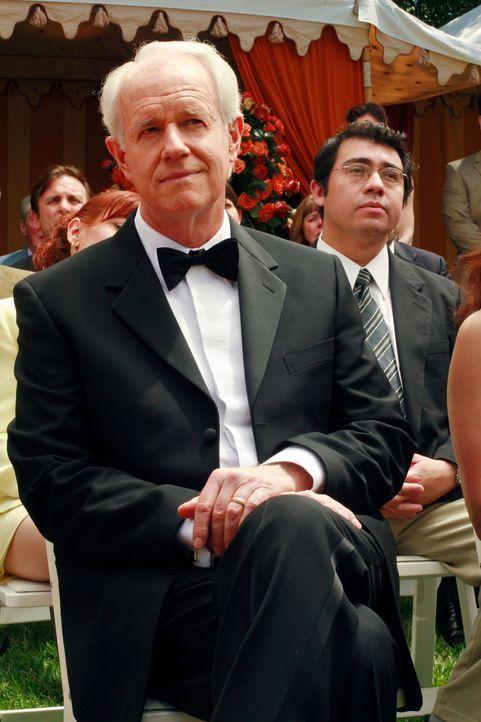 Während der Hochzeitsfeierlichkeiten belauscht Gabrielle ein Gespräch zwischen Victor und Milton Lang (Mike Farrell), das sie ziemlich verletzt ... - Bildquelle: 2005 Touchstone Television  All Rights Reserved