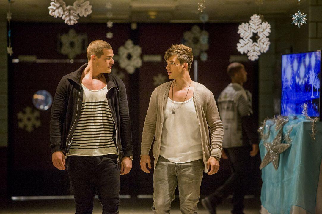 Drake (Greg Finley, l.) und Roman (Matt Lanter, r.) machen sich auf die Suche nach einem Beweismittel für Castors Schuld, ohne zu ahnen, dass sie be... - Bildquelle: 2014 The CW Network, LLC. All rights reserved.