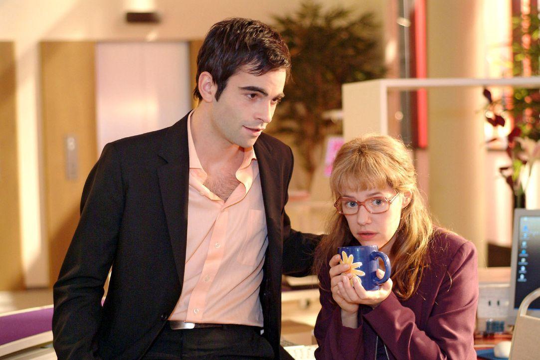 David (Mathis Künzler, l.) beugt sich vertraulich zu Lisa (Alexandra Neldel, r.), um aus ihr herauszukitzeln, in wen sie so unglücklich verliebt i... - Bildquelle: Sat.1