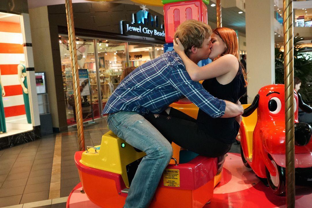 Eigentlich wollte Gretchen (Aya Cash, r.) in der Mall endlich ein paar eigene Sachen kaufen, doch sie und Jimmy (Chris Geere, l.) lassen sich einfac... - Bildquelle: 2015 Fox and its related entities.  All rights reserved.