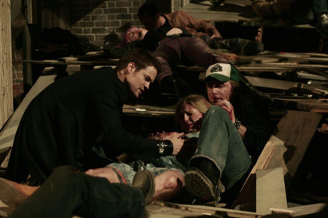 Ray (Shane West, l.) übernimmt die ärztliche Verantwortung als während einer Hausparty, auf der er zu den Gästen zählt, der oberste Balkon abstürzt... - Bildquelle: WARNER BROS