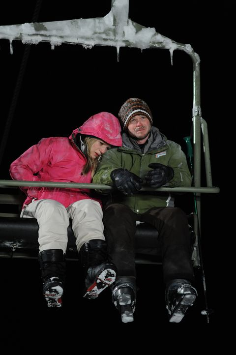 Verzweiflung macht sich breit: Joe (Shawn Ashmore, r.) und Parker (Emma Bell, l.) müssen die Nacht im Lift verbringen. Erst bei Tageslicht wollen si... - Bildquelle: Fred Hayes Frostbite Features, Inc. / Fred Hayes