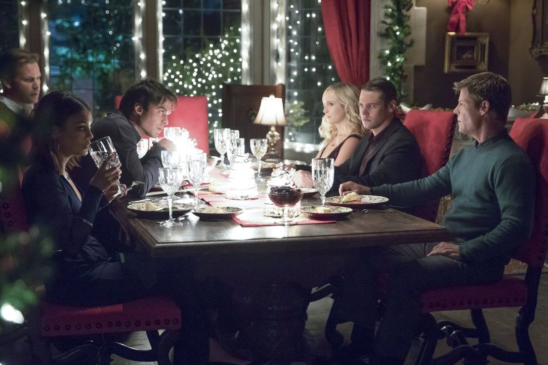 Ein familiäres und besinnliches Weihnachtsessen? Alaric (Matthew Davis, l.), Caroline (Candice King, 3.v.r.), Matt (Zach Roerig, 2.v.r.) und Peter (... - Bildquelle: Warner Bros. Entertainment, Inc.