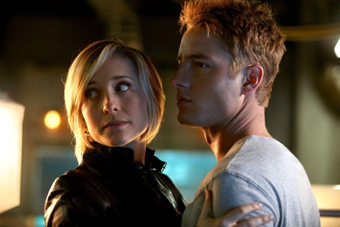 Während Clark noch misstrauisch ist, weil Chloe (Allison Mack, l.) mehrere Wochen verschwunden blieb, vetraut Oliver (Justin Hartley, r.) seiner Fre... - Bildquelle: Warner Bros.