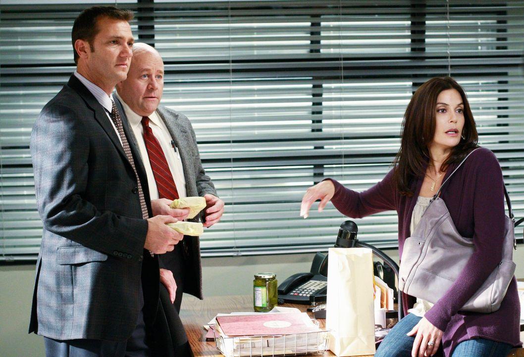 Während Angie Bree und Orson zum Abendessen einlädt, glaubt Susan (Teri Hatcher, r.) zu wissen, wer hinter dem Anschlag auf Julie stecken könnte und... - Bildquelle: ABC Studios