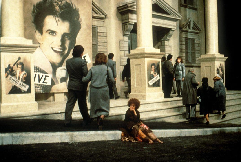 Auch der Künstler Gigi ist bereits zum Opfer der 'Grauen Männer' geworden. Die kleine Momo (Radost Bokel, M.) ist ratlos, doch da läuft ihr die S... - Bildquelle: Tobis Filmkunst