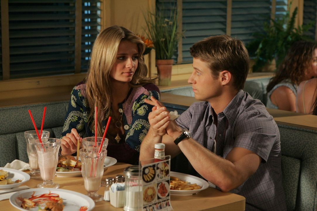 Ryan bittet Sandy, Marissa (Mischa Barton) aufzunehmen, damit sie nicht mit ihrer Familie nach Hawaii ziehen muss. Doch als er Marissa die frühe Bo... - Bildquelle: Warner Bros. Television