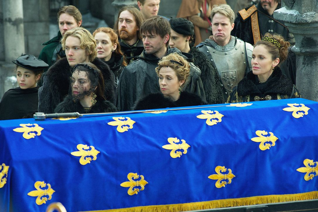 Nehmen an der Beerdigung des Duke von Guise teil: Francis (Toby Regbo, hinten l.), Mary (Adelaide Kane, vorne l.), Bash (Torrance Coombs, hinten M.)... - Bildquelle: Sven Frenzel 2014 The CW Network, LLC. All rights reserved.