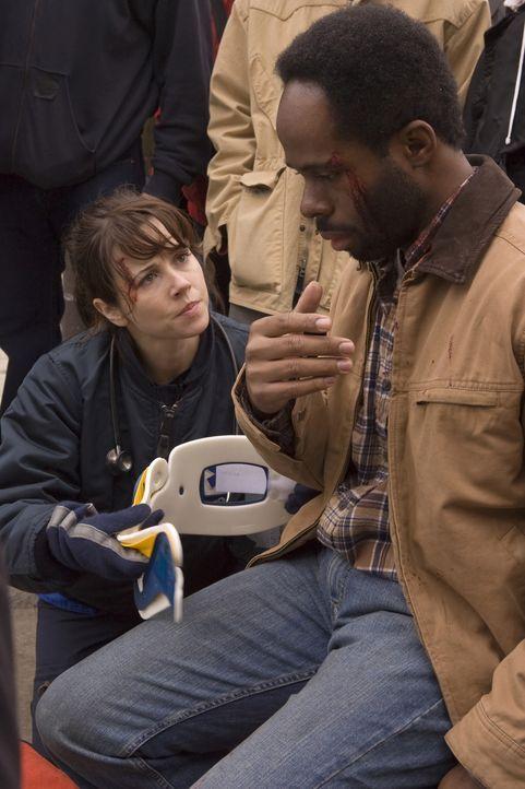 Sam (Linda Cardellini, l. ) versucht Del (Arnell Powell, r.) zu behandeln, doch es ist gar nicht so leicht ... - Bildquelle: Warner Bros. Television