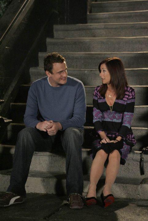 Lily (Alyson Hannigan, r.) bittet Marshall (Jason Segel, l.) inständig, ihr zu verzeihen und gesteht, dass sie wieder mit ihm zusammen sein möchte.... - Bildquelle: 20th Century Fox International Television