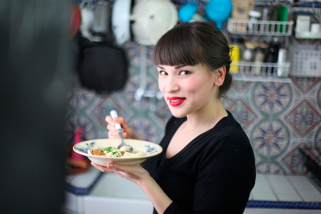 Auch in ihrer kleinen Pariser Küche kann Rachel Khoo fantastische Gerichte zaubern ... - Bildquelle: Daniel Lucchesi Plum Pictures 2012