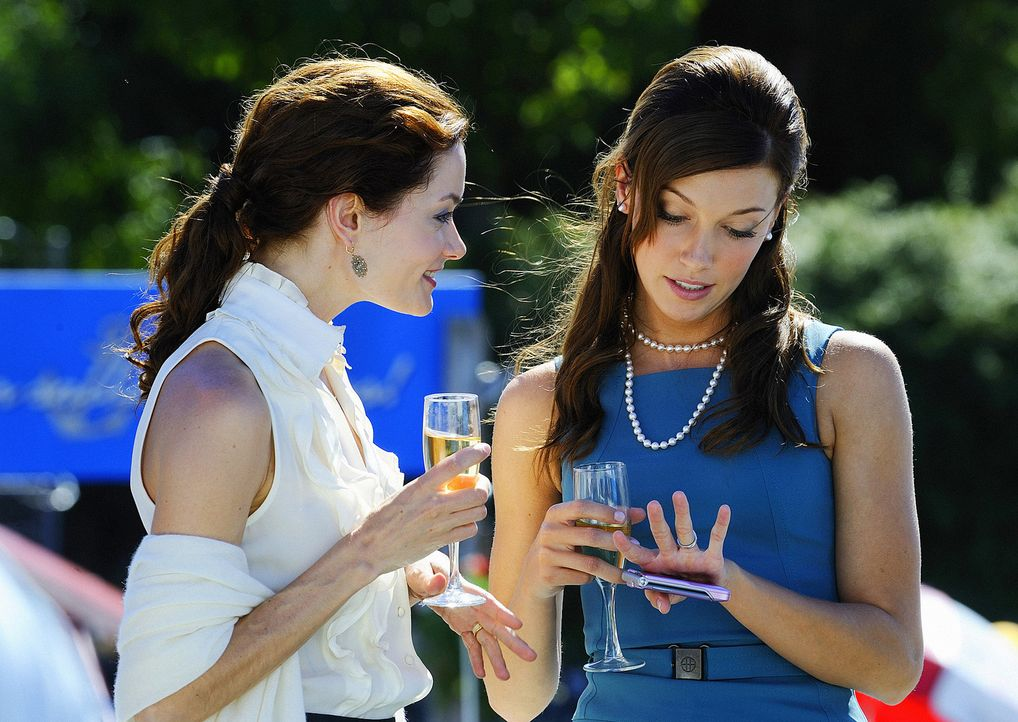 Shea (Gina Holden, l.) genießt die Hochzeit ihrer geliebten kleinen Schwester Trish (Katie Cassidy, r.) ... - Bildquelle: 2009 CBS Studios Inc. All Rights Reserved.