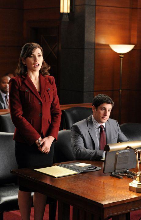 Alicia (Julianna Margulies, l.) vertritt ihren Mandanten Dylan Stack (Jason Biggs, r.) vor Gericht ... - Bildquelle: 2011 CBS Broadcasting Inc. All Rights Reserved.
