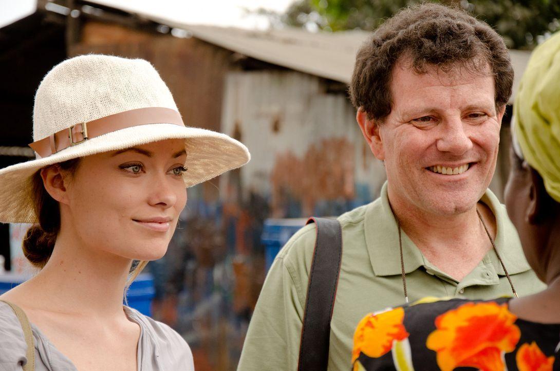 Olivia Wilde (l.) begleitet den Journalist Nicholas Kristof (r.) nach Kenia. - Bildquelle: Maro Chermayeff Fremantle
