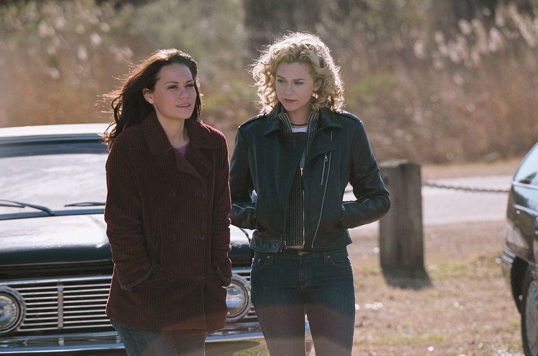 Machen sich große Sorgen um Lucas: Haley (Bethany Joy Lenz, l.) und Peyton (Hilarie Burton, r.) ... - Bildquelle: Warner Bros. Pictures