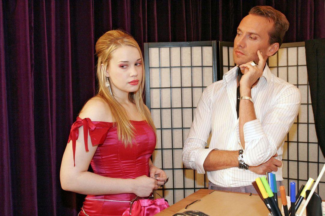 """Kim (Lara-Isabelle Rentinck, l.) wird von Hugo (Hubertus Regout, r.) in einem Kleid erwischt, dass sie sich aus der Kollektion """"geliehen"""" hat. - Bildquelle: Sat.1"""
