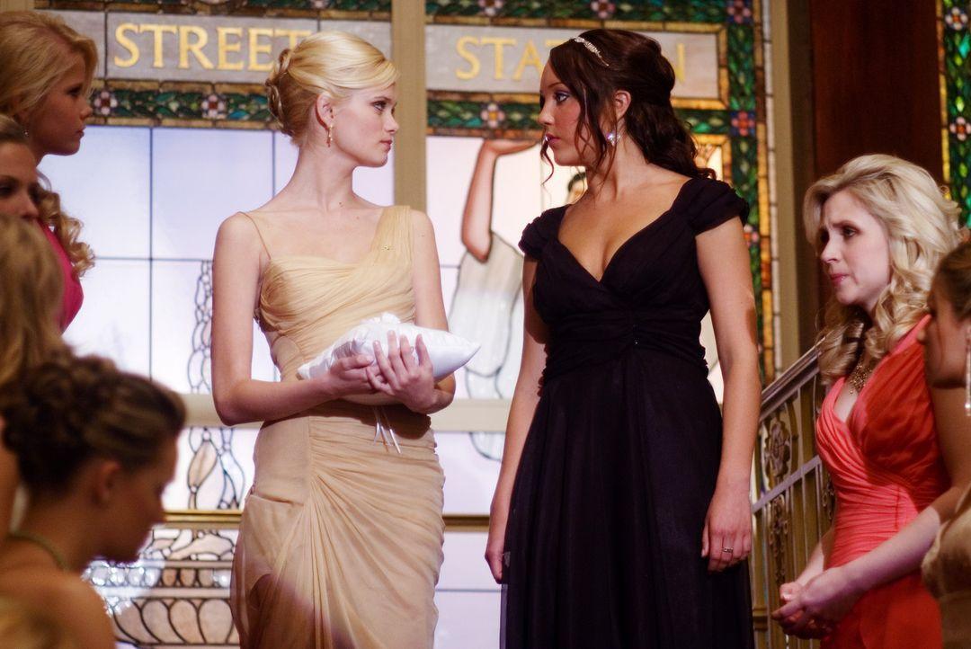 Vor versammelter Mannschaft stellt Rachel (Sara Paxton, M.l.) Sydney (Amanda Bynes, M.r.) bloß und teilt ihr mit, dass sie sie nicht in die Student... - Bildquelle: 2007 Universal Studios, All Rights Reserved