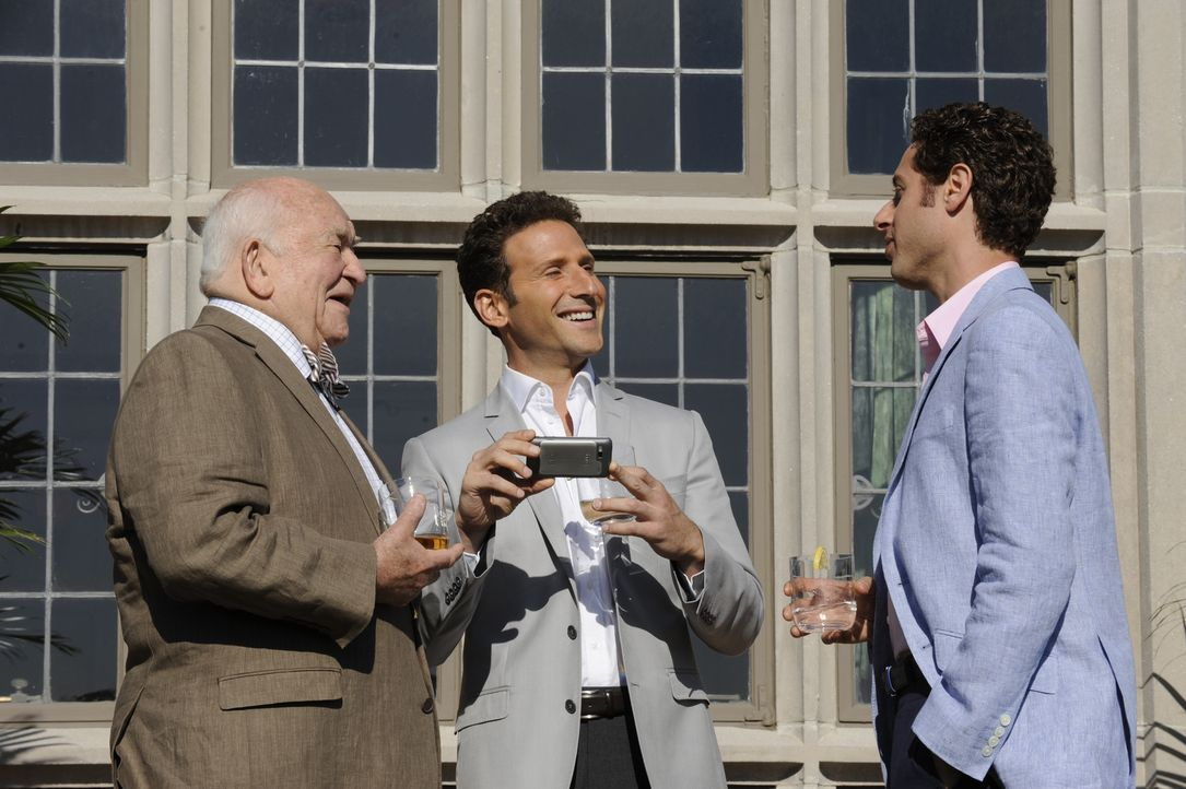 Ted (Edward Asner, l.) führt Evan (Paulo Costanzo, r.) in seine alten Business-Kreise ein, was Evan mehr als beeindruckt, während Hank (Mark Feuerst... - Bildquelle: Barbara Nitke 2011 Open 4 Business Productions, LLC. All Rights Reserved.