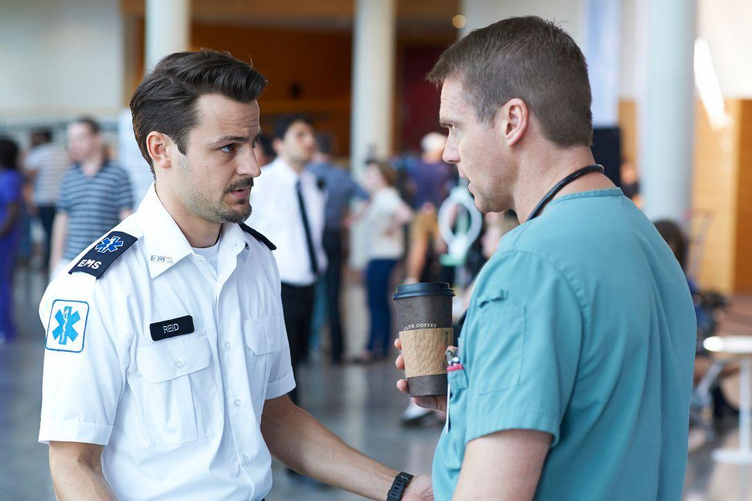 Immer wieder taucht Luke (Tyler Hynes, l.)  bei Charlie (Michael Shanks, r.) auf und scheint einfach keine Ruhe zu finden ... - Bildquelle: 2012  Hope Zee One Inc.
