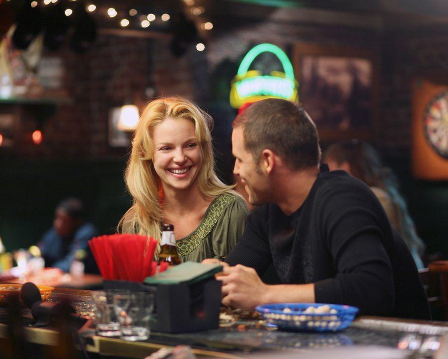 Izzie (Katherine Heigl, r.) trifft sich mit Alex (Justin Chambers, l.) in Joe's Bar. Sie sagt ihm, dass sie noch nicht wieder so weit ist, sich auf... - Bildquelle: Touchstone Television