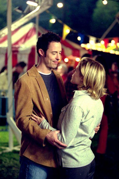 Ed (Tom Cavanagh, l.) bekommt Angst, dass er Carol (Julie Bowen, r.) für immer verloren hat und versucht deshalb alles, um sie zurückzugewinnen -... - Bildquelle: Paramount