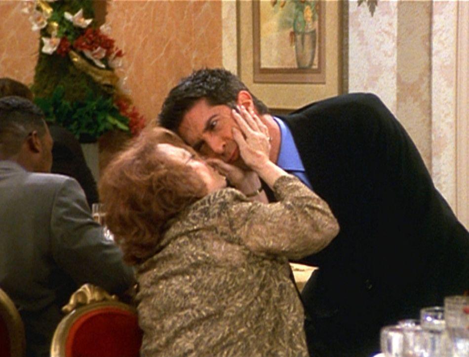 Ross (David Schwimmer, r.) kann es nicht leiden, dass seine Tante Millie (Darlene Kardon, l.) ihn immer auf den Mund küsst. - Bildquelle: TM+  2000 WARNER BROS.