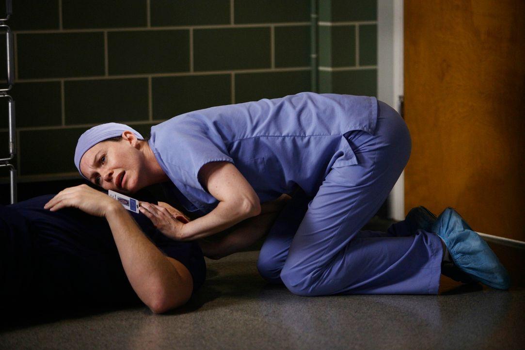 Auch Owen (Kevin McKidd, liegend) hat es erwischt. Meredith (Ellen Pompeo, oben) versucht alles um ihn zu retten. Doch wird es ihr gelingen? - Bildquelle: Touchstone Television