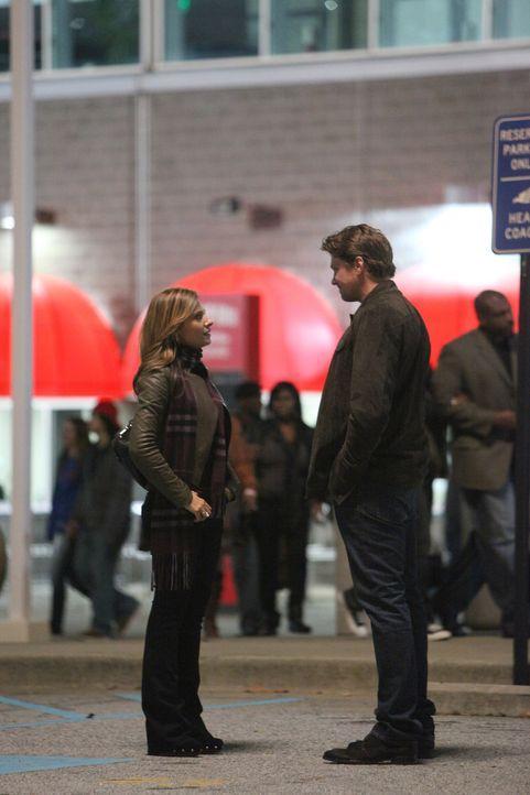 Dani (Callie Thorne, l.) wurde von ihrem Mann betrogen. Nun muss sie sich mit ihrem Kindern alleine durchschlagen. Um sich abzulenken, zieht sie mit... - Bildquelle: 2011 Sony Pictures Television Inc. and Universal Network Television LLC.  All Rights Reserved.