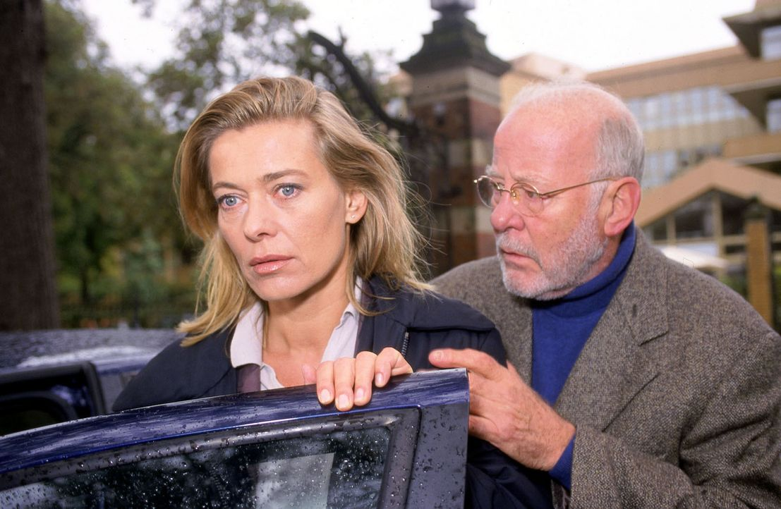 Ein furchtbarer Verdacht keimt in Karen (Barbara Rudnik, l.) auf: Die Morde scheinen direkt mit ihr in Zusammenhang zu stehen. Weiß Prof. Hübner (... - Bildquelle: Sat.1