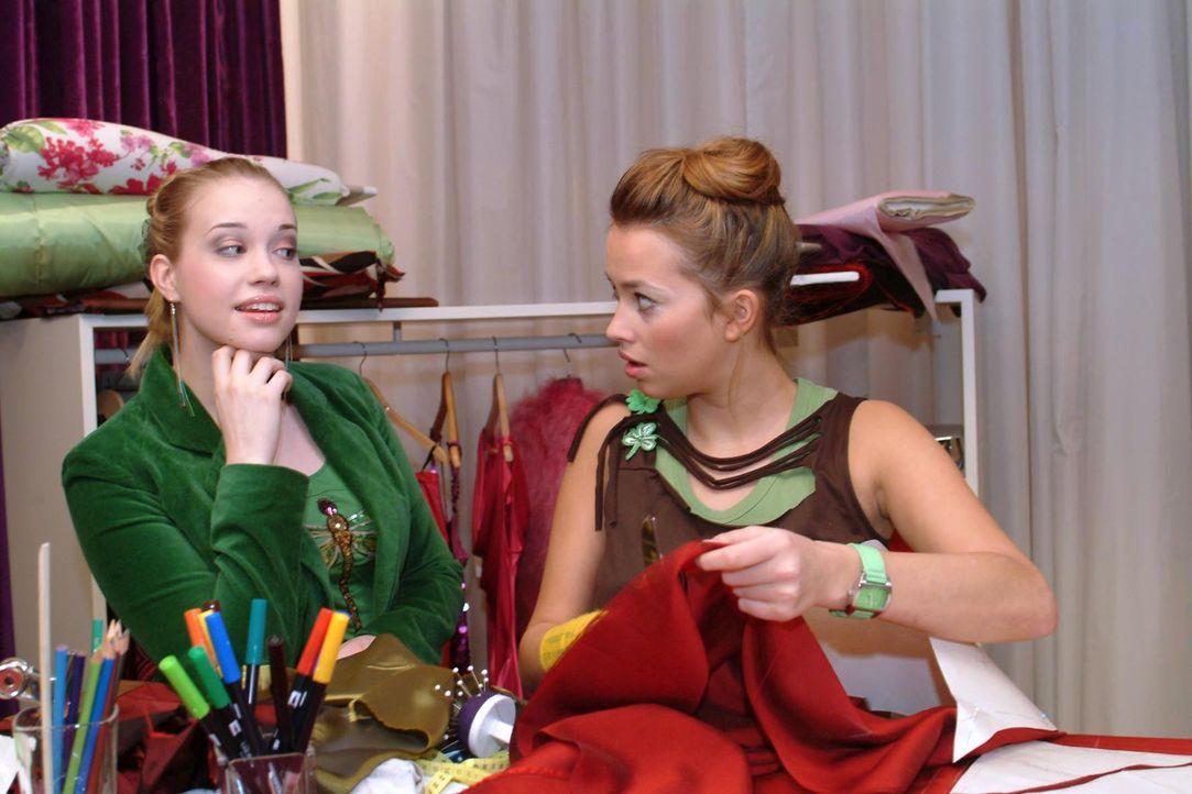 Kim (Lara-Isabelle Rentinck, l.) hat eine Idee, wie Hannah (Laura Osswald, r.) ihr Finanzproblem lösen kann. - Bildquelle: Sat.1
