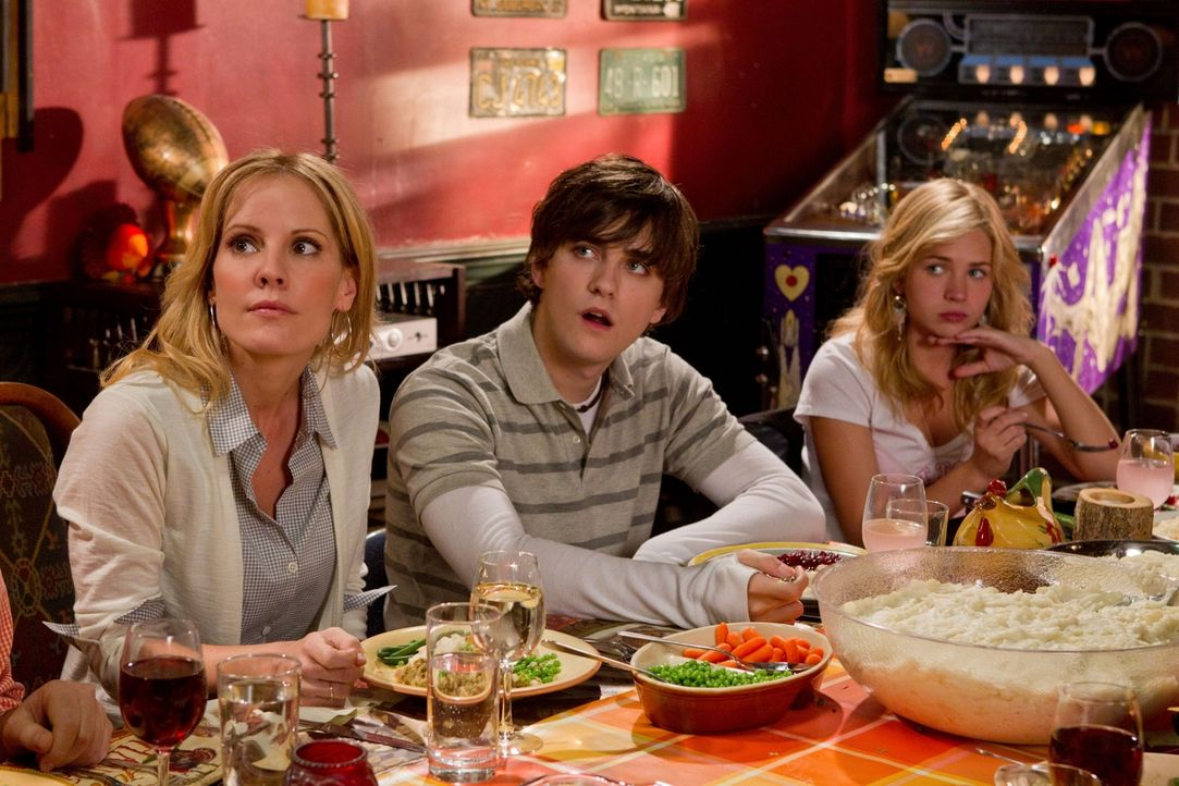 Die Thanksgivingfeier hatten sich Emma (Emma Caulfield, l.), Sam (Landon Liboiron, M.) und Lux (Britt Robertson, r.) etwas anders vorgestellt ... - Bildquelle: The CW   2010 The CW Network, LLC. All Rights Reserved