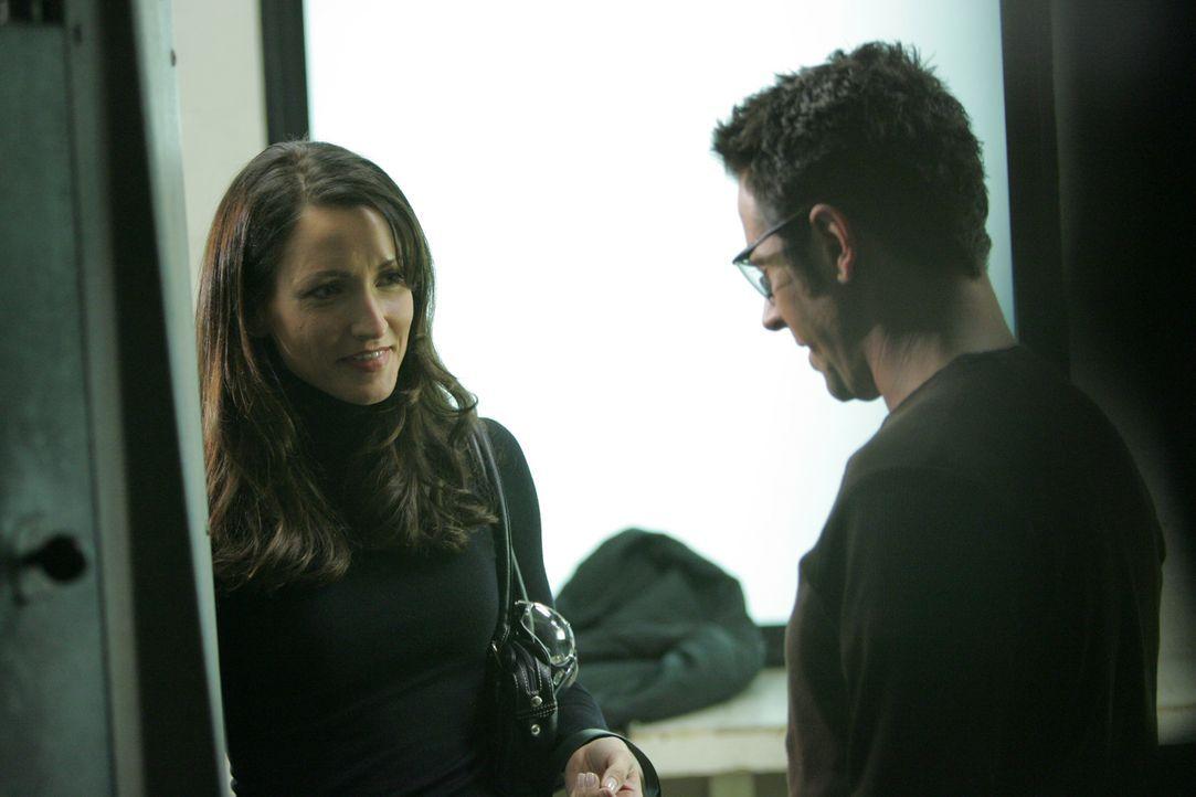 Don Eppes (Rob Morrow, r.) gibt der Staatsanwältin Robin Brooks (Michelle Nolden, l.) eine Chance ... - Bildquelle: Paramount Network Television