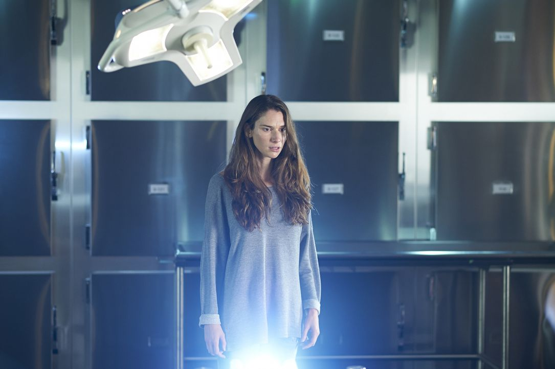 Vida Miranda (Roanna Cochrane) glaub sie wäre tot, obwohl ihr Körper eigentlich am Leben ist ... - Bildquelle: Ken Woroner 2014 Hope Zee Three Inc.