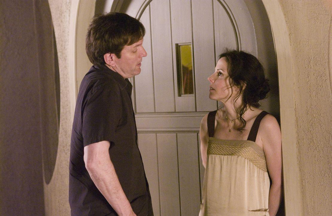 Peter (Martin Donovan, l.) weiß, dass Heylia von Nancy (Mary-Louise Parker, r.) gewarnt wurde ... - Bildquelle: Lions Gate Television