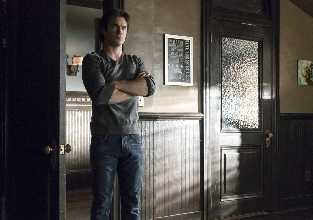 Damon ist über Bonnies Geschenk entsetzt - Bildquelle: Warner Bros. Entertainment Inc.