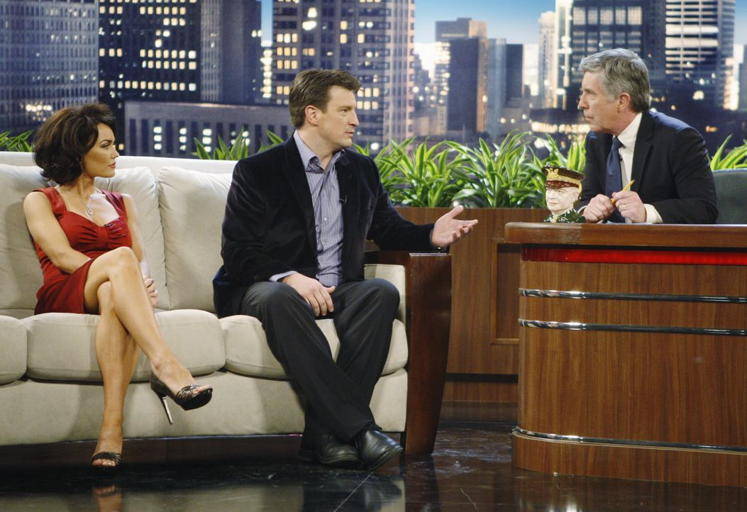 In der Late-Night-Show von Bobby Mann (Tom Bergeron, r.) lernt Castle (Nathan Fillion, M.) die überaus attraktive Schauspielerin Ellie Monroe (Kelly... - Bildquelle: ABC Studios